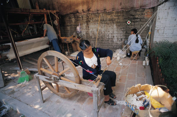 hand cranked spinning wheel